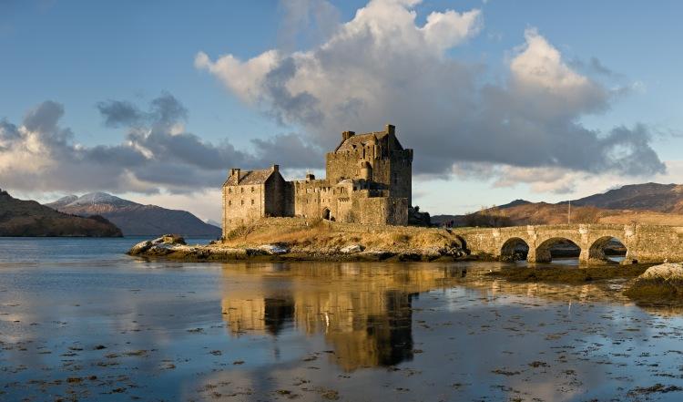 Eilean_Donan_Castle,_Scotland_-_Jan_2011 (1)